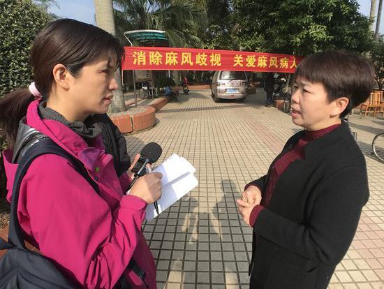 记者采访医院工作人员