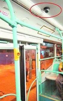 """摄像头一般安装在下车门对着的车厢顶上,站在此处乘客的一举一动均能进入司机""""视线"""""""