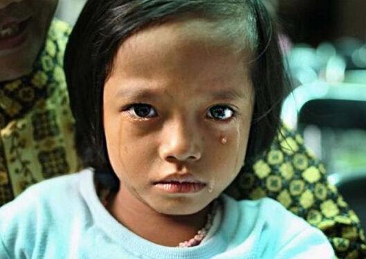 """这组图片是美国知名女摄影师斯蒂芬妮辛克莱尔拍摄于2008年的获奖作品。女孩割礼盛行于中东和非洲部分国家,举行割礼的日期大多选择在穆罕默德的生日。更恐怖的是,割礼的受害者们认为这是光荣的和应该的,她们还将继续这一""""优良传统""""。"""