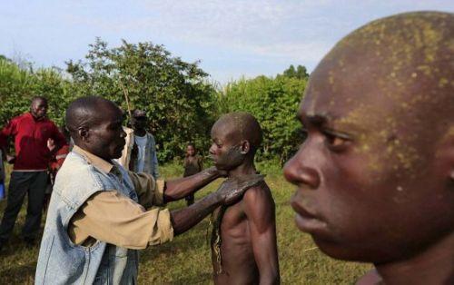 肯尼亚割礼:不用麻药割男孩阴茎包皮画面残忍血腥