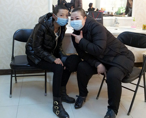 熊顿(右)录节目当日与同是抗癌斗士的鲁若晴合影